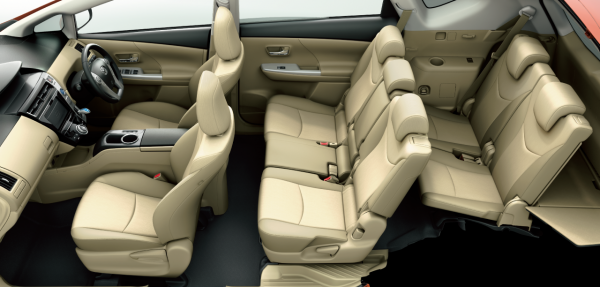 carlineup_priusalpha_interior_seat_01_pc[1]