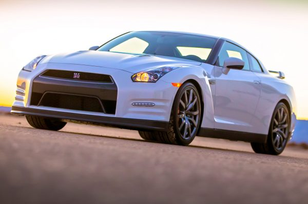2014-nissan-gt-r-front-side-view-white1